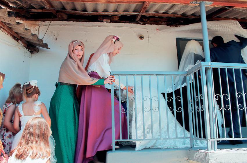 Μπροστά στο σπίτι του γαμπρού, νύφη και φίλες διαβάζουν ευχές και υποσχέσεις απευθυνόμενες στον Μεχμέτ. Ο Μεχμέτ Δερβίσης και η Ναξιέ Νιζάμ γνωρίστηκαν κι ερωτεύτηκαν στο παζάρι του χωριού τους, στο Σιδηρώ