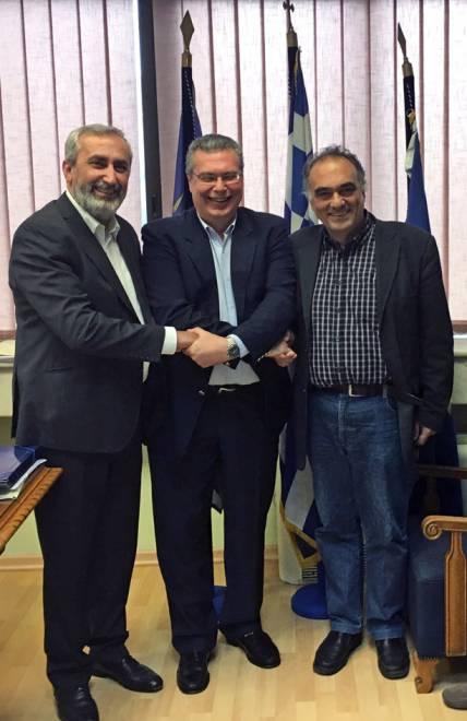 Εξαιρετικά φιλικό κλίμα επικράτησε κατά τη συνάντηση στην Πρυτανεία του Πανεπιστημίου Μακεδονίας, με στόχο τη διδασκαλία της Ποντιακής και σε ομογενείς. Στη φωτογραφία από αριστερά, ο Πρόεδρος της Ομοσπονδίας Συλλόγων Ελλήνων Ποντίων στην Ευρώπη, Αναστάσιος Οσιπίδης, ο  Πρύτανης του Πανεπιστημίου Μακεδονίας, καθηγητής Αχιλλέας Ζαπράνης και ο Αντιπρόεδρος του Πανελλήνιου Συνδέσμου Ποντίων Εκπαιδευτικών, Κώστας Ανθόπουλος