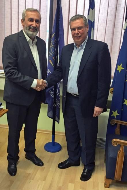 Ο Πρόεδρος της Ομοσπονδίας Συλλόγων Ελλήνων Ποντίων στην Ευρώπη, Αναστάσιος Οσιπίδης (αριστερά) με τον Πρύτανη του Πανεπιστημίου Μακεδονίας, καθηγητή Αχιλλέα Ζαπράνη